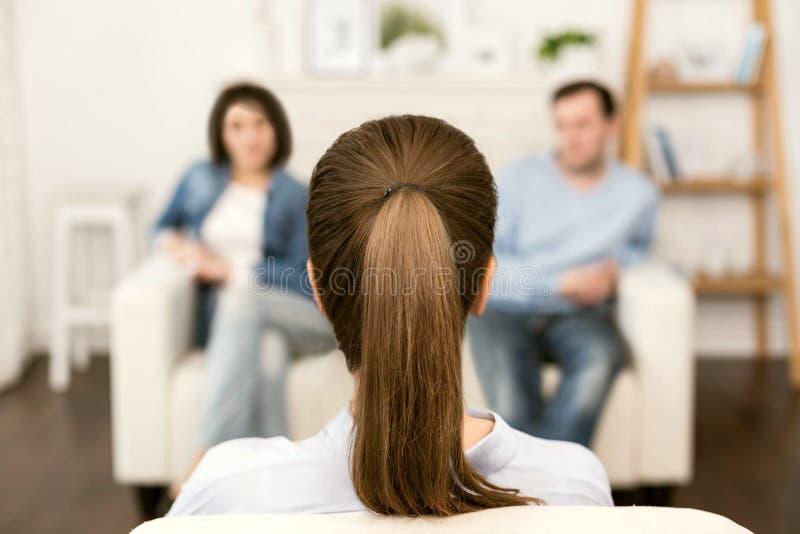 Thérapeute expérimenté professionnel regardant ses patients photo libre de droits