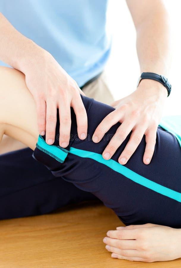 Thérapeute faisant des exercices de forme physique avec son patient images libres de droits