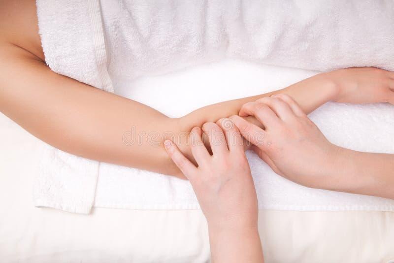 Thérapeute faisant le massage profond de tissu photos stock