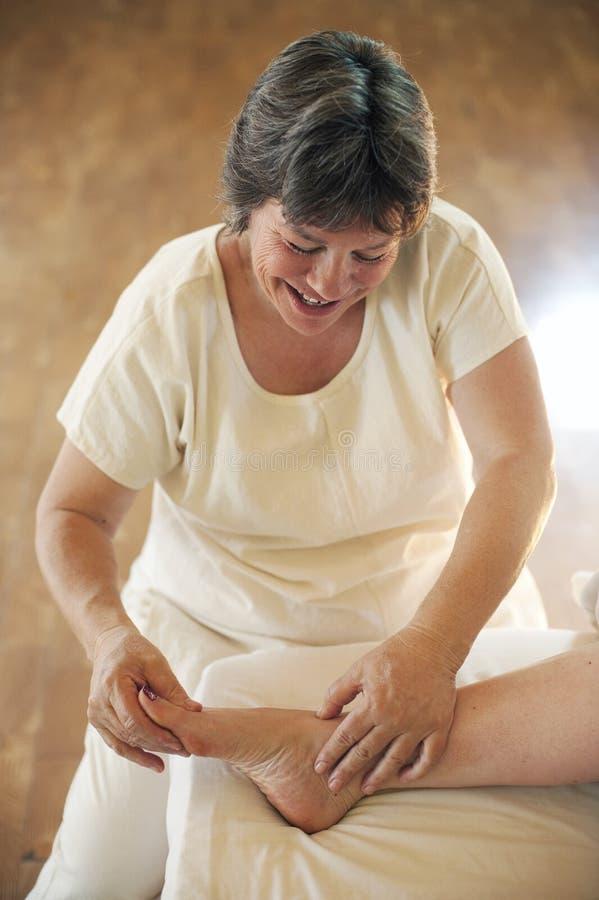 Thérapeute mûr de massage photographie stock