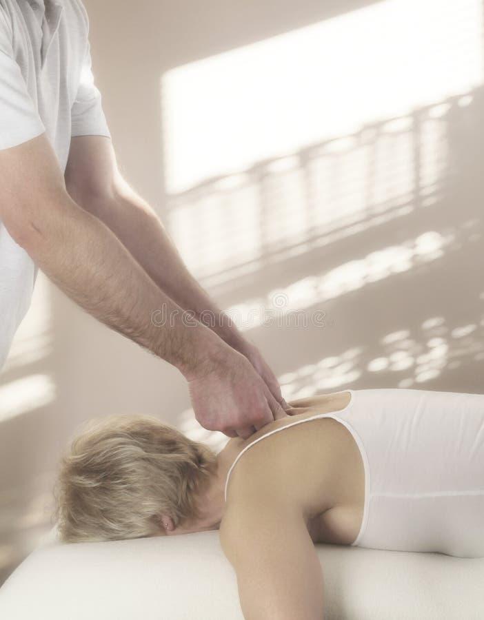 Thérapeute masculin de massage de sports photographie stock libre de droits