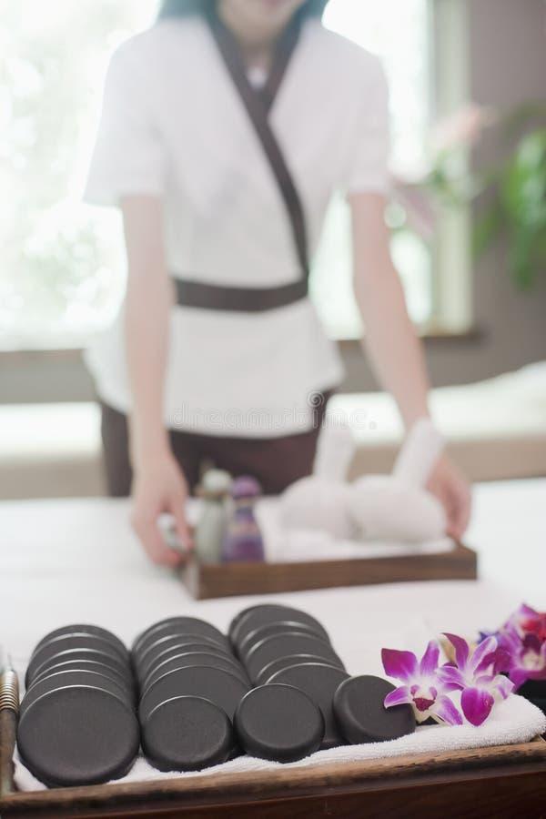 Thérapeute Preparing de massage photographie stock libre de droits