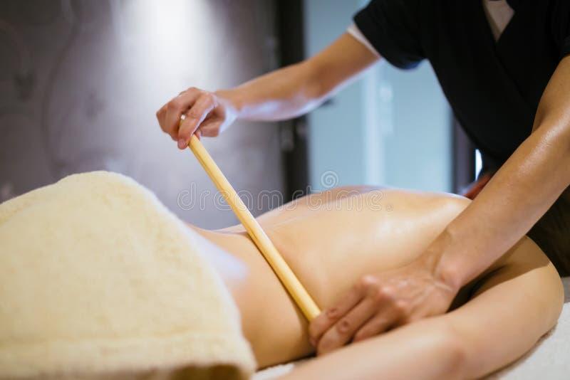 Thérapeute thaïlandais de massage soignant le patient photographie stock