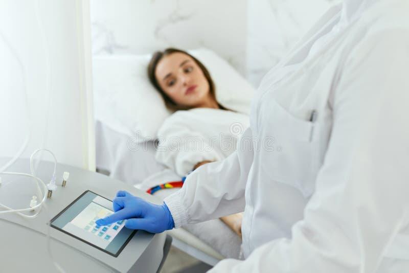 Thérapie d'ozone de sang Femme au traitement de transfusion sanguine photo stock