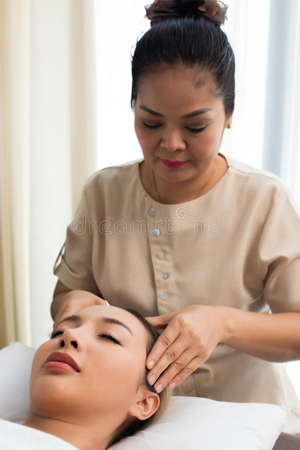Thérapie de massage de chef d'Ayurvedic sur le front facial photos stock