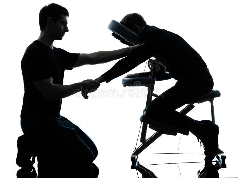 Thérapie de massage de bras de mains avec la chaise photographie stock