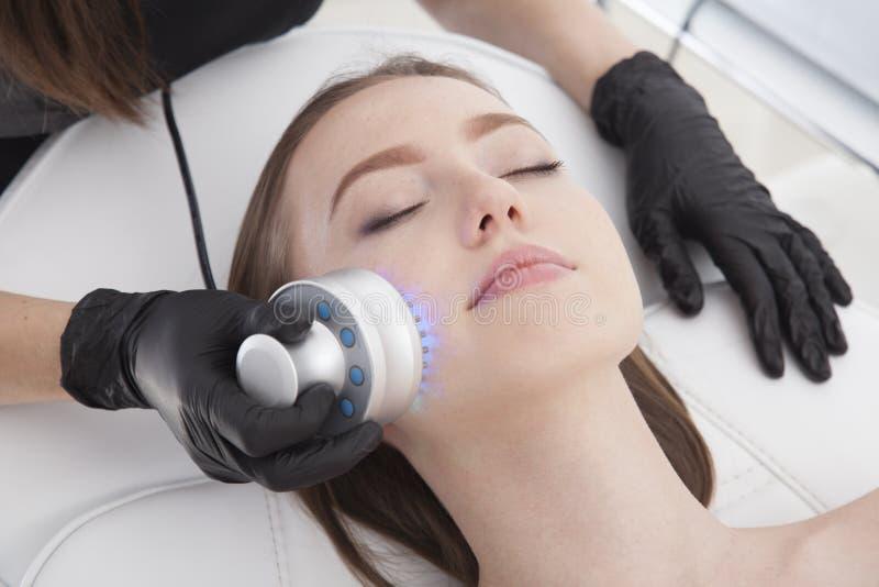 Thérapie de photo Beau modèle ayant un traitement facial dans la station thermale photo stock