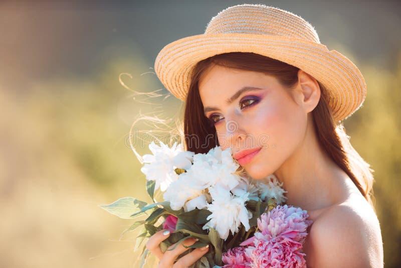 Thérapie naturelle de beauté et de station thermale Femme de source Printemps et vacances Fille d'été avec de longs cheveux Visag images stock
