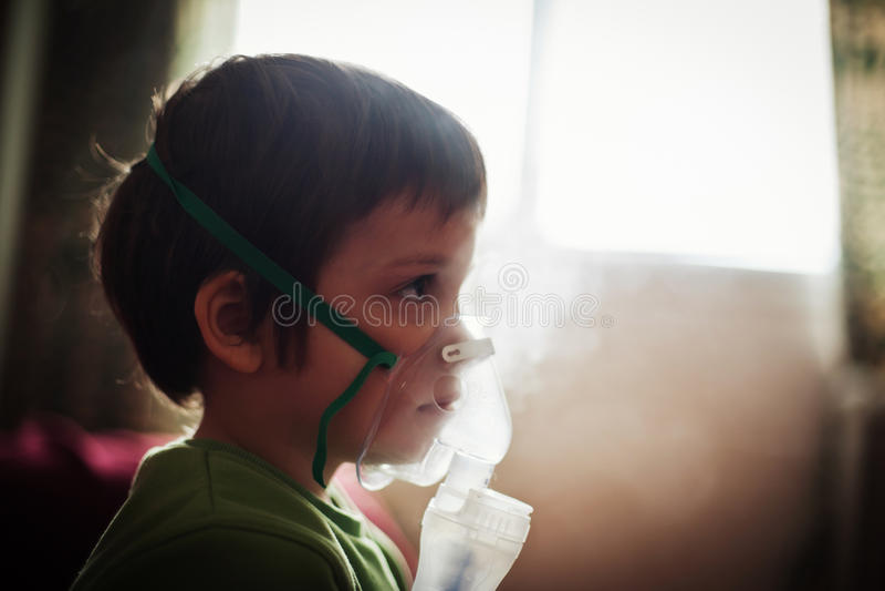 Thérapie respiratoire d'enfant photographie stock