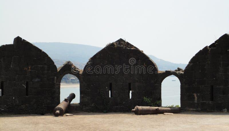 11th århundradekanon - Murud Janjira fort på Alibag, Indien royaltyfri fotografi