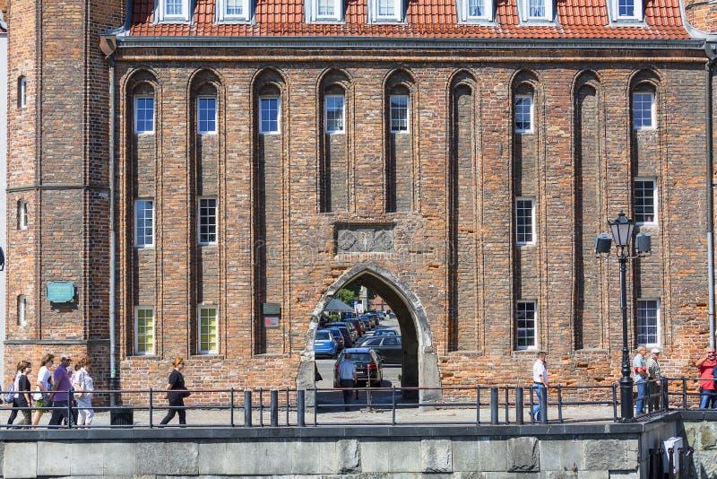 15th århundradeStraganiarska port vid floden Motlawa, lång bro, Gdansk, Polen royaltyfria foton