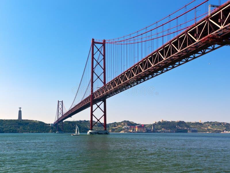 25th av April Bridge på Lissabon royaltyfria foton