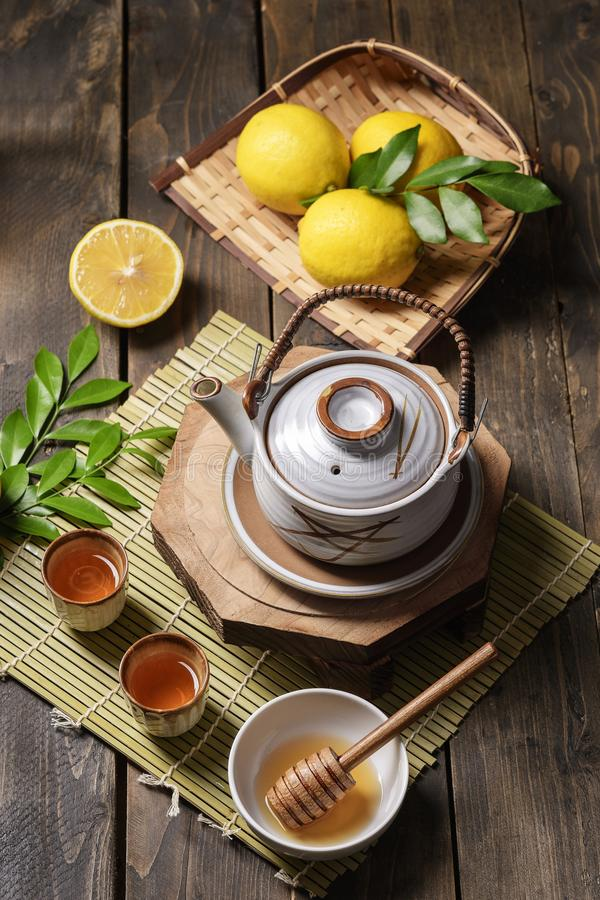 Th? chaud avec le citron et le miel naturel, le bon festin pour avoir des vitamines et l'immunit? forte images libres de droits
