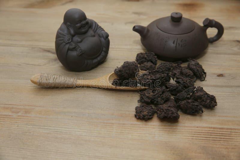 Th? de chinois traditionnel avec une th?i?re d'argile et chiffres de c?r?monie de th? sur le fond en bois photo libre de droits