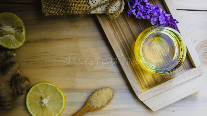 Th? de miel de citron de vue sup?rieure m?lang? ? du gingembre dans un verre clair, avec un sac de cuill?re et de sucre roux et d photos libres de droits