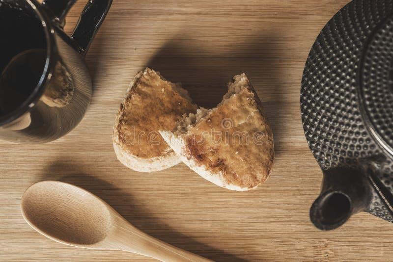 Th? et biscuits sur la table photo libre de droits