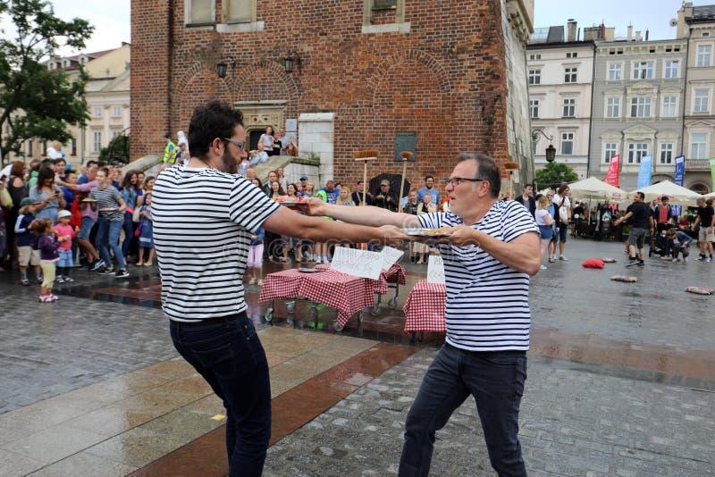 30th gata - internationell festival av gatateatrar i Cracow, Polen royaltyfria bilder