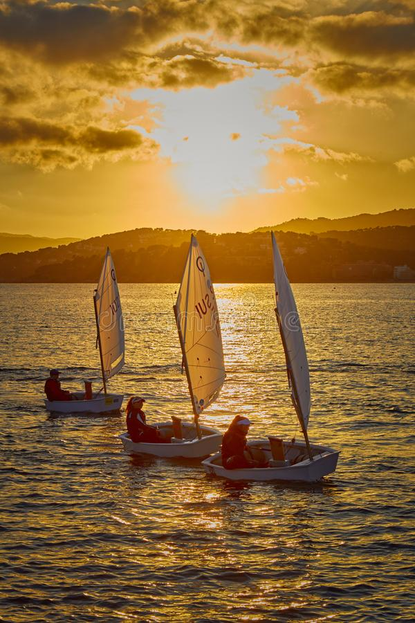 30th internationella trofé för optimist för Vila de Palamà ³ s, 14th nationkopp Segelbåtar som in seglar till hamnlilla staden Pa arkivbilder