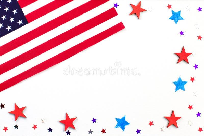4th juli Begrepp för självständighetsdagen med röda och blåa pappers- stjärnakonfettier i nationella amerikanska färger Självstän royaltyfri foto