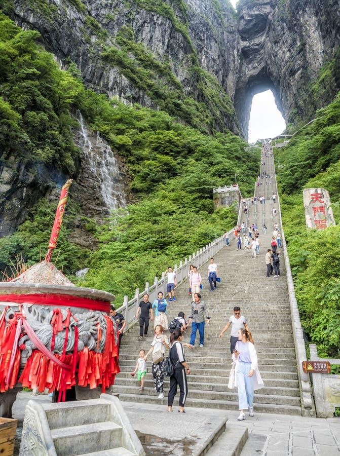 28th Maj, 2018: Reta upp krukan, turisten som tar bilder och kliver - ner den branta 999 trappan på det Tianmen berget med en sik arkivbild