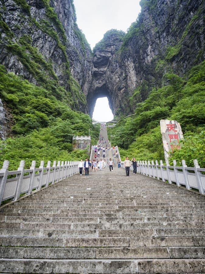 28th Maj, 2018: Turister som kliver - ner den branta 999 trappan på det Tianmen berget, porten för himmel` s på Zhangjiagie, Huna royaltyfri fotografi