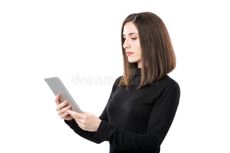 Th?me de technologie d'affaires de femme Belle jeune femme caucasienne dans la chemise noire posant la position avec des mains de photos stock