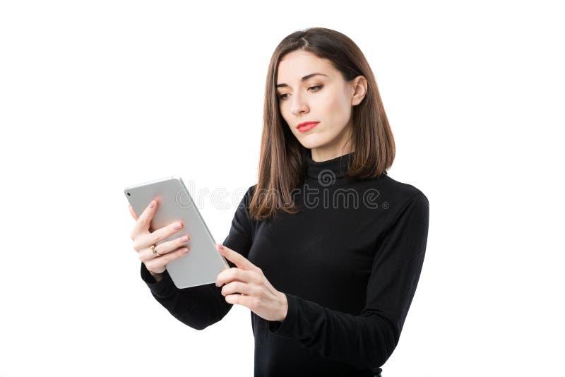 Th?me de technologie d'affaires de femme Belle jeune femme caucasienne dans la chemise noire posant la position avec des mains de photographie stock