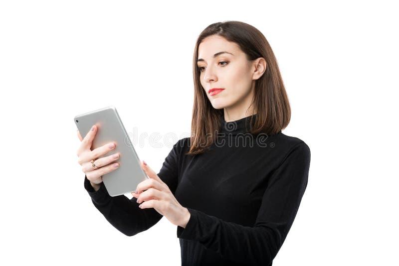Th?me de technologie d'affaires de femme Belle jeune femme caucasienne dans la chemise noire posant la position avec des mains de image libre de droits