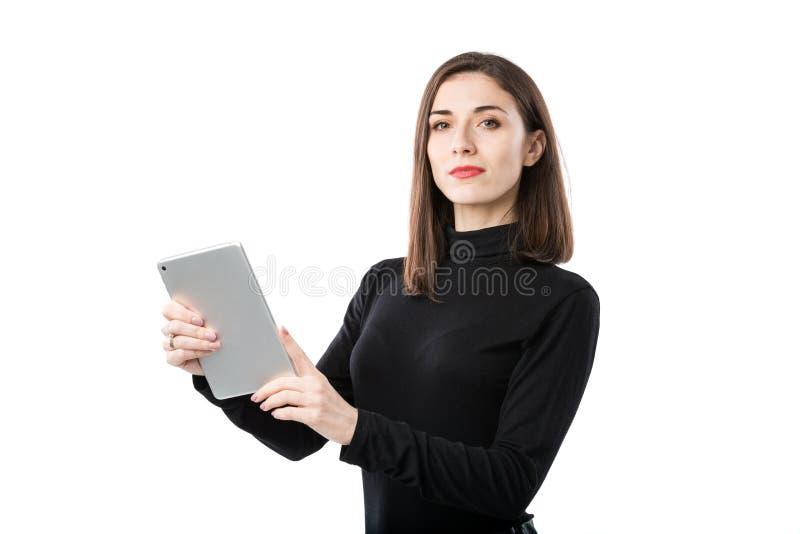 Th?me de technologie d'affaires de femme Belle jeune femme caucasienne dans la chemise noire posant la position avec des mains de photos libres de droits