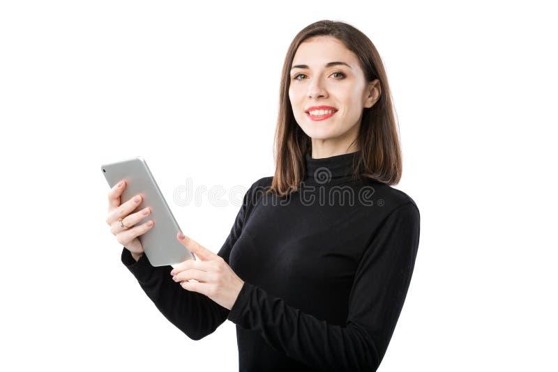 Th?me de technologie d'affaires de femme Belle jeune femme caucasienne dans la chemise noire posant la position avec des mains de images stock