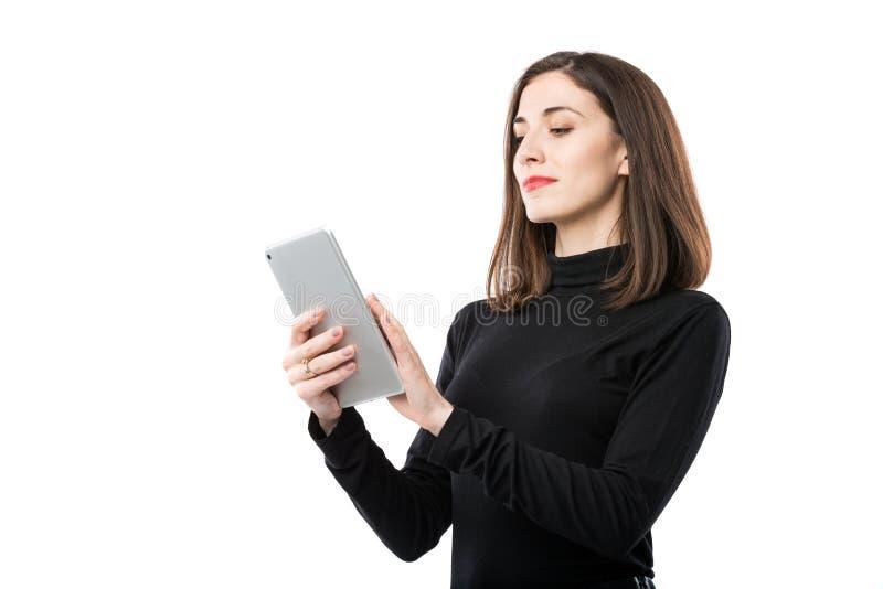 Th?me de technologie d'affaires de femme Belle jeune femme caucasienne dans la chemise noire posant la position avec des mains de photographie stock libre de droits