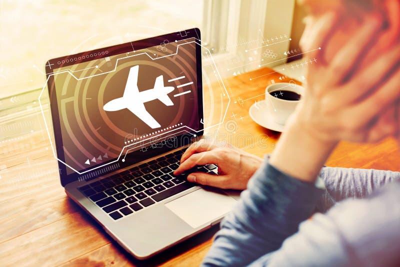 Th?me de voyage d'avion avec l'homme utilisant un ordinateur portable photographie stock