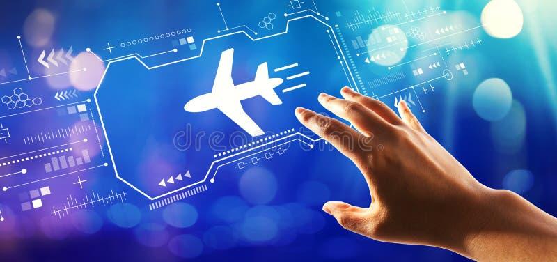 Th?me de voyage d'avion avec la main appuyant sur un bouton images stock