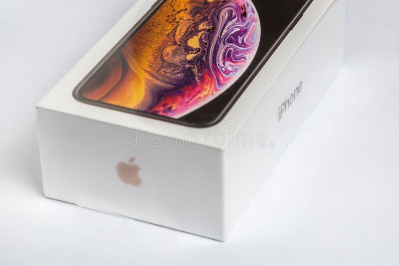 12th Oktober, 2018-Kiev, Ukraina: Senaste Iphone XS i oöppnad ask på den vita tabellen Den nyaste Apple smatrtphonen på vit bränn arkivfoto