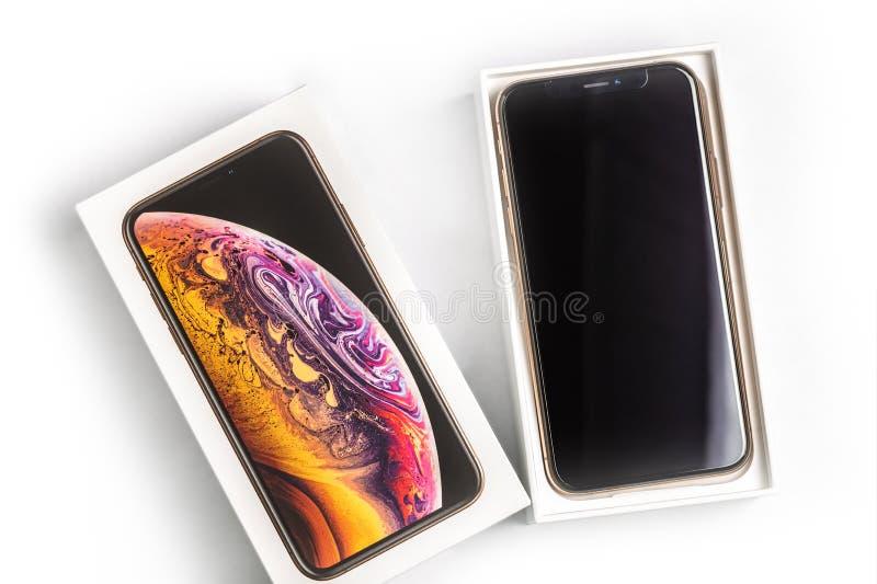 12th Październik, 2018-Kiev, Ukraina: Opóźniony Iphone XS w nieotwartym pudełku na bielu stole Nowy Jabłczany smatrtphone na biel fotografia royalty free