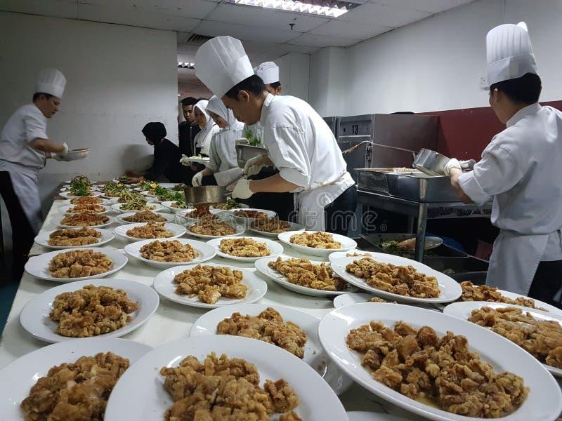 11th Sept 2016 Funktion för matställe för bankett för kökbesättning upptagen förberedande royaltyfria foton
