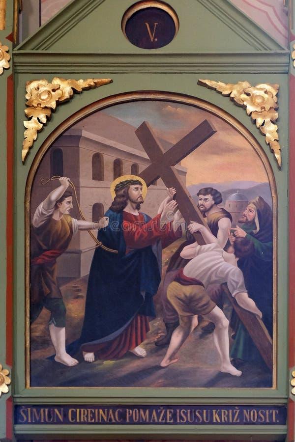 5th stacje krzyż, Simon Cyrene niosą th krzyż obrazy royalty free