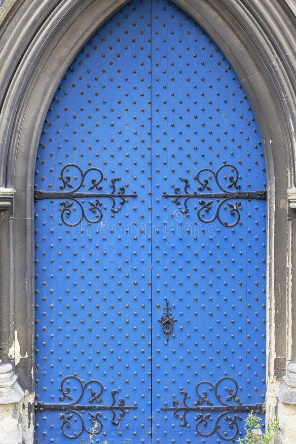 12th wieka Rumuński stylowy kościół St Mary Dziewiczy, błękitny drzwi, Dover, Zjednoczone Królestwo Dziewica, błękitna zdjęcie stock