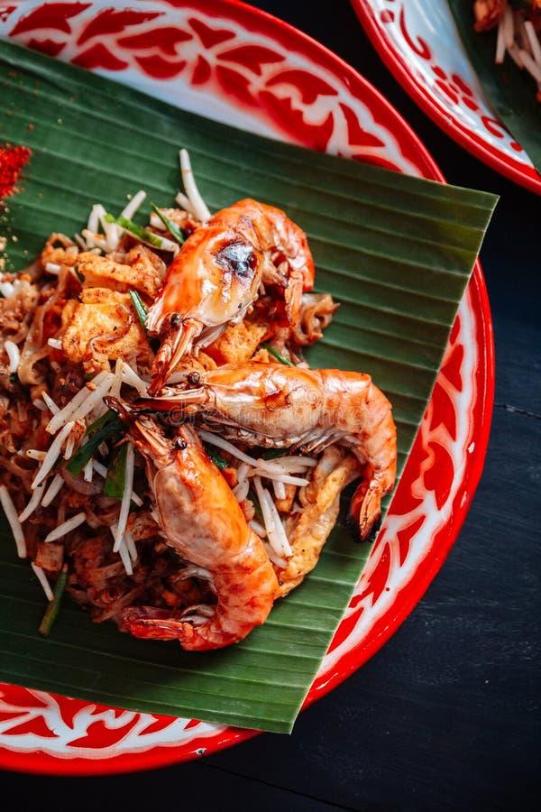 Thaïlandais de protection de crevette rose ou de crevette servi avec la chaux, oignons blancs, pousses de haricot poudre écrasée  image libre de droits