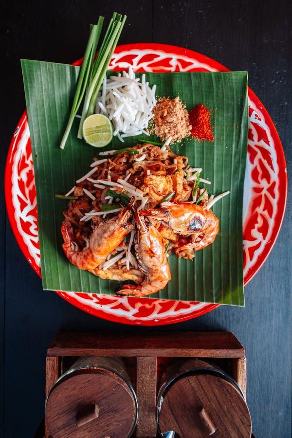 Thaïlandais de protection de crevette rose ou de crevette servi avec la chaux, oignons blancs, pousses de haricot poudre écrasée  photo libre de droits