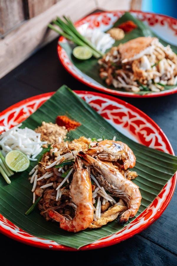 Thaïlandais de protection de crevette rose ou de crevette servi avec la chaux, oignons blancs, pousses de haricot poudre écrasée  images libres de droits