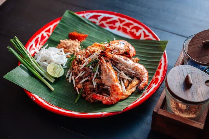 Thaïlandais de protection de crevette rose ou de crevette servi avec la chaux, oignons blancs, pousses de haricot poudre écrasée  images stock