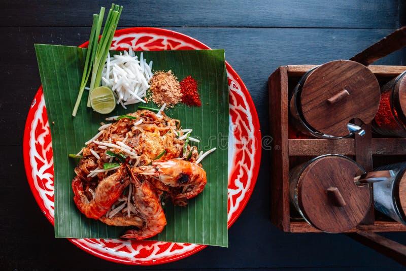 Thaïlandais de protection de crevette rose ou de crevette servi avec la chaux, oignons blancs, pousses de haricot poudre écrasée  photos stock