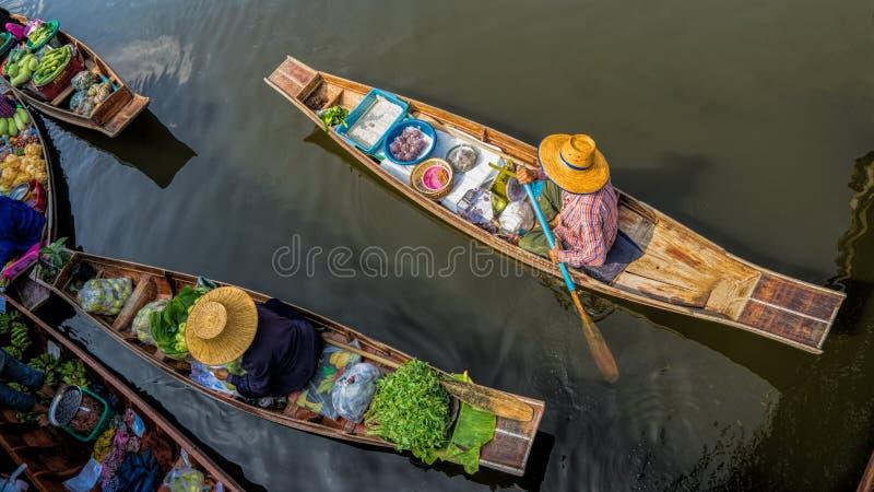 Tha Kha som svävar marknaden arkivfoton