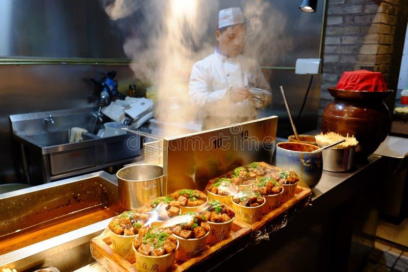 Thaditional中国街道食物烹调 Wangfujing街道 图库摄影