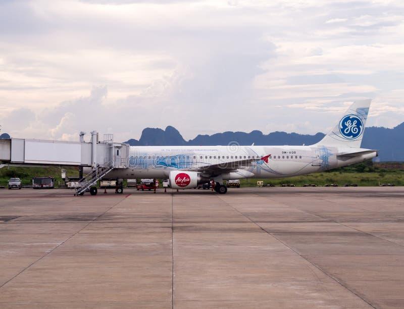 Thai AirAsia A320-216 aterrizó en el aeropuerto internacional de Krabi con Mountain View fotos de archivo libres de regalías