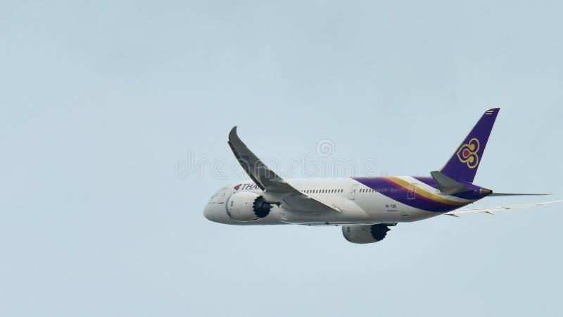 Thai Airways Boeing 787 Dreamliner que saca en el aeropuerto de Changi fotografía de archivo