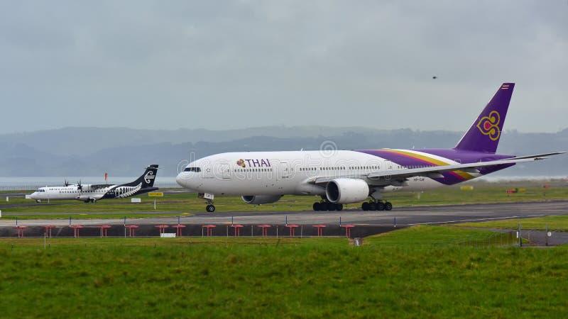 Thai Airways Boeing 777-200ER que lleva en taxi en el aeropuerto internacional de Auckland foto de archivo libre de regalías