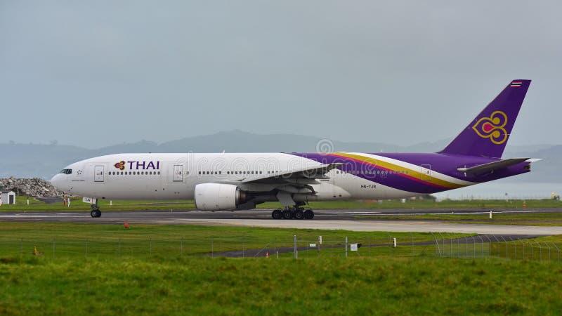 Thai Airways Boeing 777-200ER que lleva en taxi en el aeropuerto internacional de Auckland fotografía de archivo libre de regalías