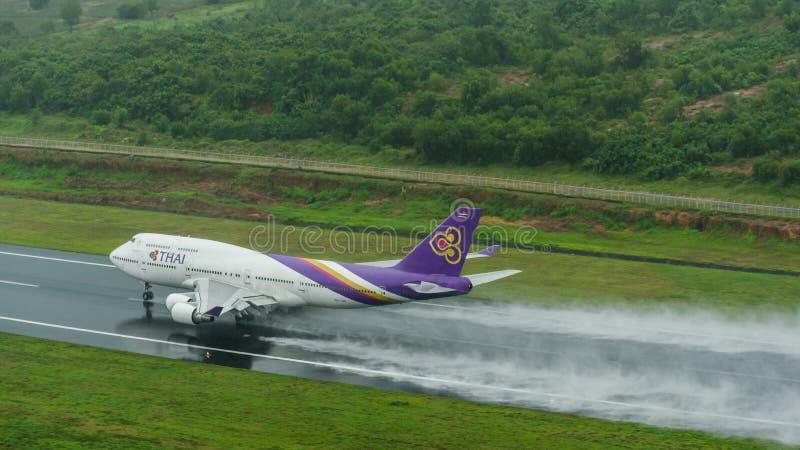 Thai Airways décollent à l'aéroport de phuket sur la piste humide avec la spl photographie stock libre de droits